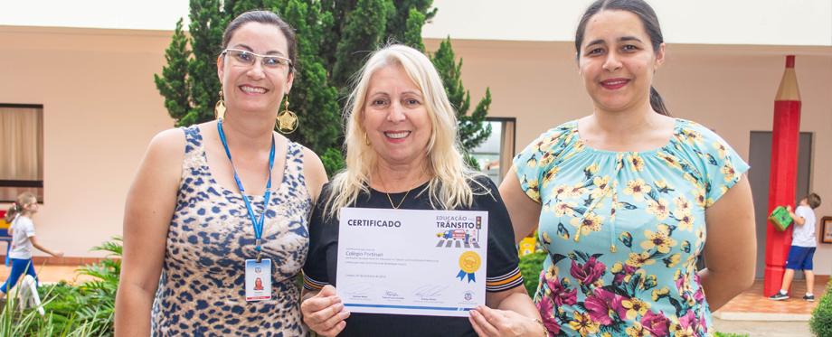 """Certificado de capacitação de """"Educação no Trânsito"""" é entregue ao Colégio Portinari"""