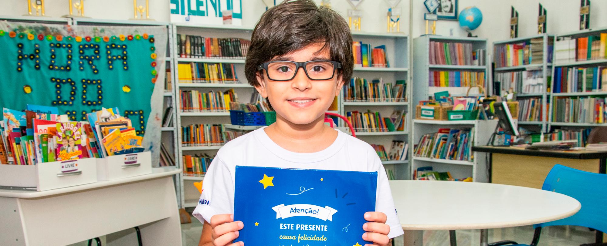 Aluno do 4º ano doa livro autoral à Biblioteca do Portinari