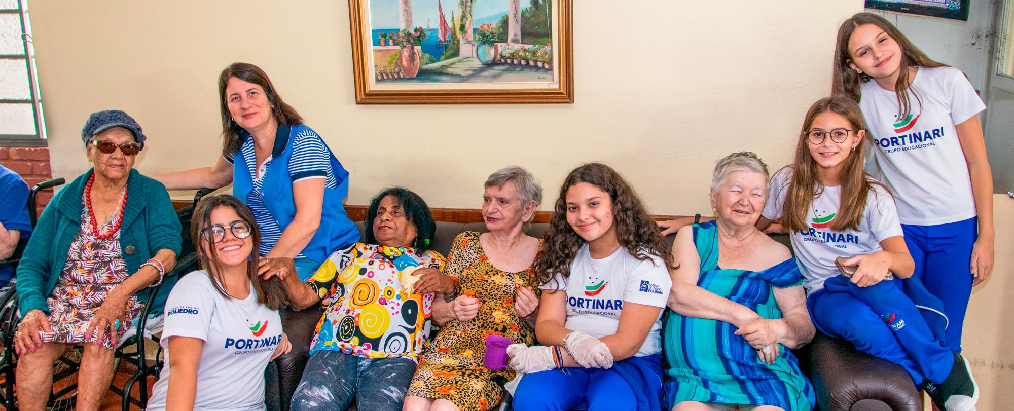 Asilo João Kuhl Filho recebe visita dos alunos
