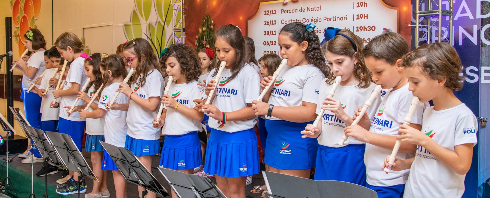 Alunos que participam das Oficinas de Canto e Coral e Flauta apresentam cantata de Natal no shopping