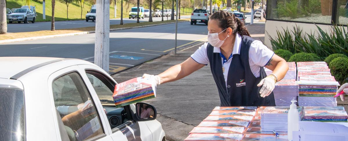 """""""Drive-Thru"""" do Portinari entrega livros e kits com material didático"""